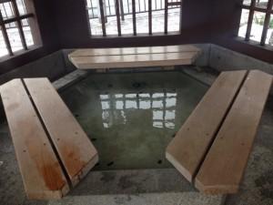 六角足湯の中