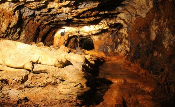 コウモリの飛ぶ洞窟 旧岩美鉱山へ 鳥取県岩美町