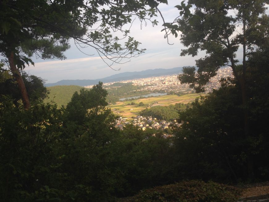 嵯峨山上陵から見る大覚寺大沢池