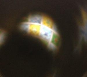 ワイングラスから漏れる光