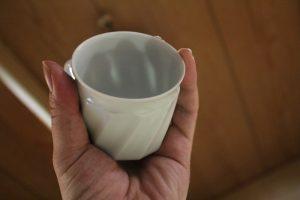 透き通る陶磁器製コーヒーカップ