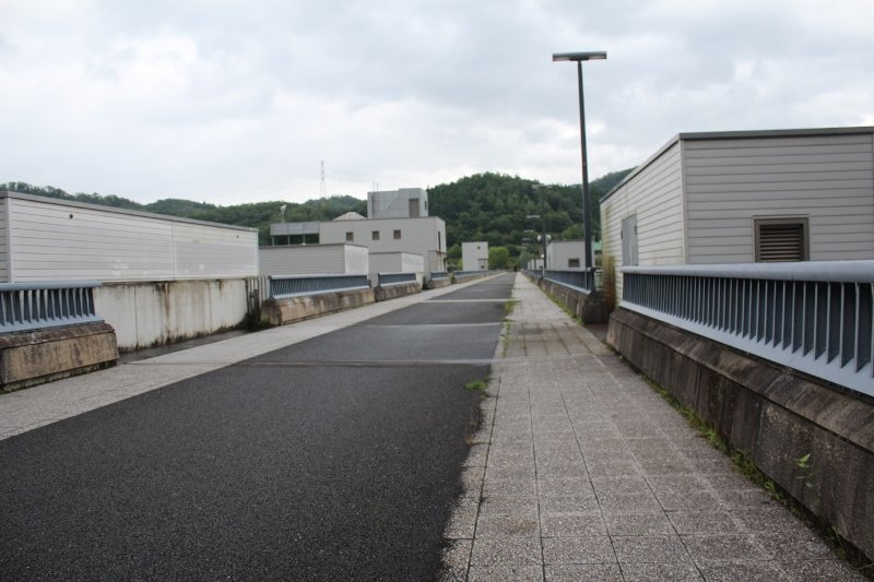日吉ダムの上の道
