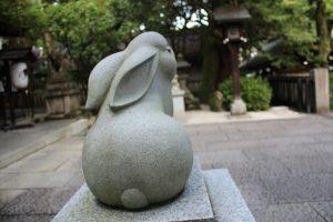 岡崎神社の狛兎後ろ姿